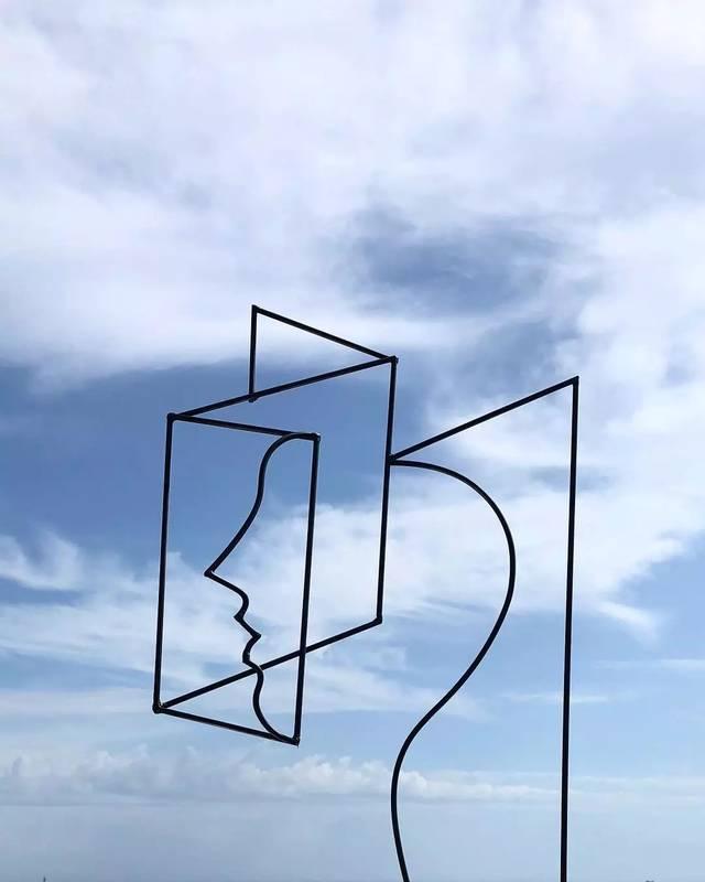 将简单的线条和素材,捏成一个人脸轮廓,融入到家,花园,海边这些生活图片