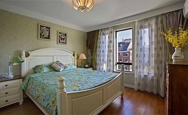 床头背景墙采用碎花纹样的浅绿色墙纸装饰,搭配奶白色乳胶漆处理的