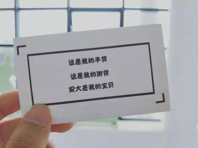 """毕业生带着告白卡片,对安大说""""土味情话"""",默默送上最真挚的祝福."""