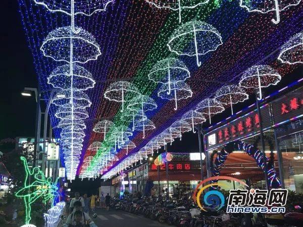 流光溢彩的霓虹灯长廊是金盘夜市的一大看点.南海网记者 周静泊 摄