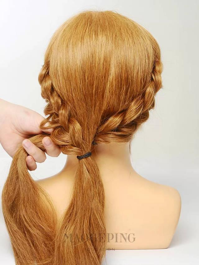 右侧头发也重复同样的步骤扎好,呈现图片所示编发造型.