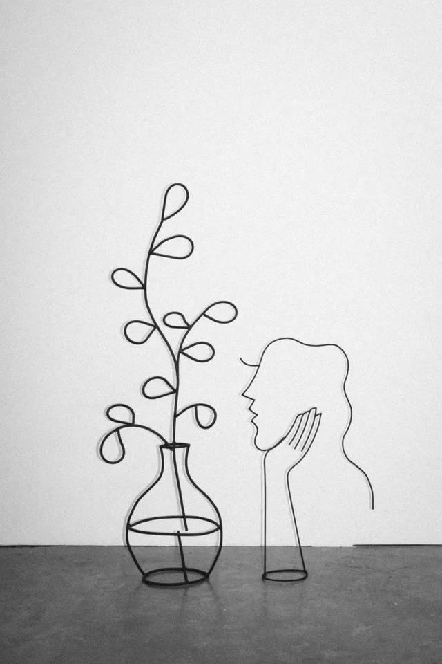 将简单的线条和素材,捏成一个人脸轮廓,融入到家,花园,海边这些生活