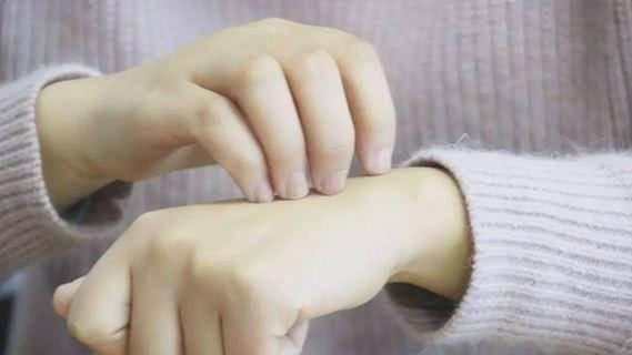 3,皮肤瘙痒 有人会觉得癌症怎么和皮肤瘙痒有关系,便面上一点关联也