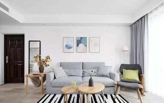 素净的墙面基础上,用水泥灰质感在电视背景墙抹了一横一竖两道,拉伸图片