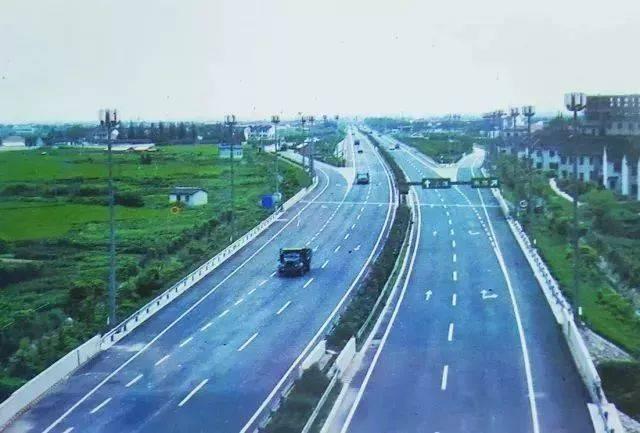 1988年10月31日,我国首条高速公路——沪嘉高速建成通车.