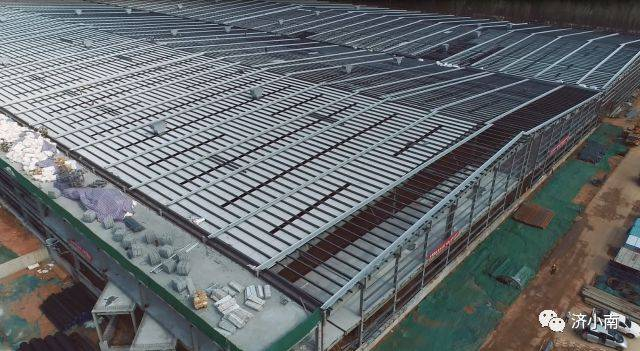 费斯托气动有限公司全球生产中心项目,正在进行各区域的屋面内板安装图片