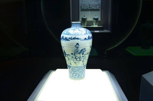 新金梅瓶_明砖铺砌的墓墙 王陵曾进行过发掘,墓中珍藏着大量价值连城的梅瓶和金