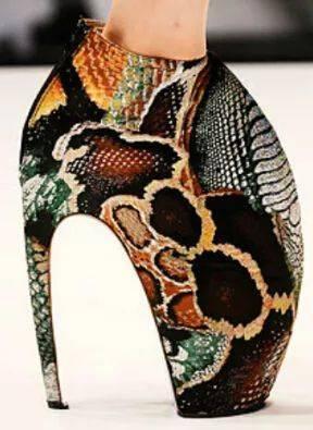 人体艺术高跟靴_反人体力学,曾被模特抵制的犰狳高跟鞋,却受到流行天后lady gaga的