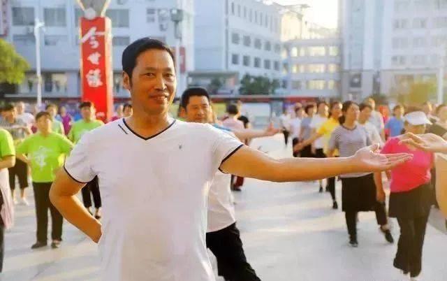 迈进新时代 幸福舞起来!淮安数百名市民共跳广场舞图片