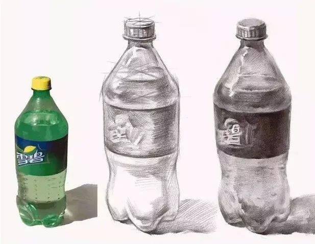 很多小伙伴都说塑料很难画 今天小编找来了 一些画塑料需要注意的点 下面一起来探讨探讨   不透明塑料瓶与不透明的玻璃的是有很大区别的,不透明塑料瓶是没有反光及高光,黑白灰关系很分明;不透明玻璃是有强烈的反光及高光,黑白灰关系不是很明确。大家在画这两者的时候注意区分。  不透明饮料瓶,瓶盖不透明,在深入时,注意固有色的对比、五大调子的完整。瓶口顶面与侧面转折处是一个很窄的面,这类细节要注意。瓶身造型转折丰富,要注意每一节的相对长度比例及粗细,细节决定成败。