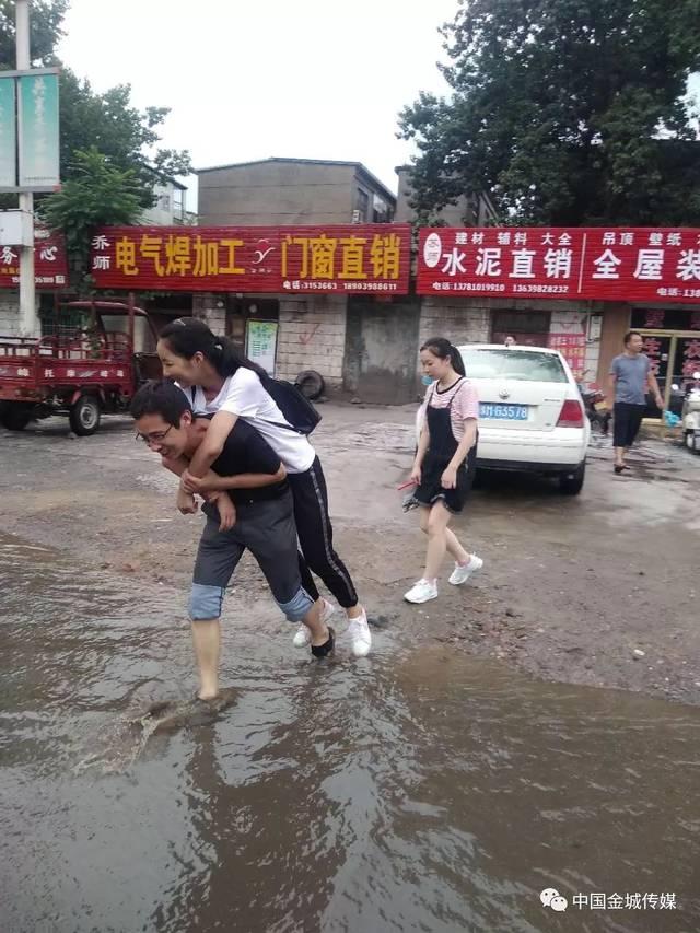 乡亲们办事,孩子们上学常常得挽起裤腿,从河面上蹚水过去.