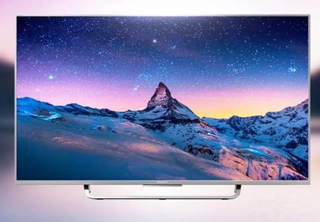 电视的底座则采用经典的索尼设计,银色金属材质使用更显贵气.