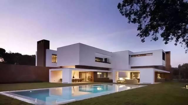 内部设计和家具以黑白为主基调,色彩斑斓的墙面装饰是点睛之笔,走的是