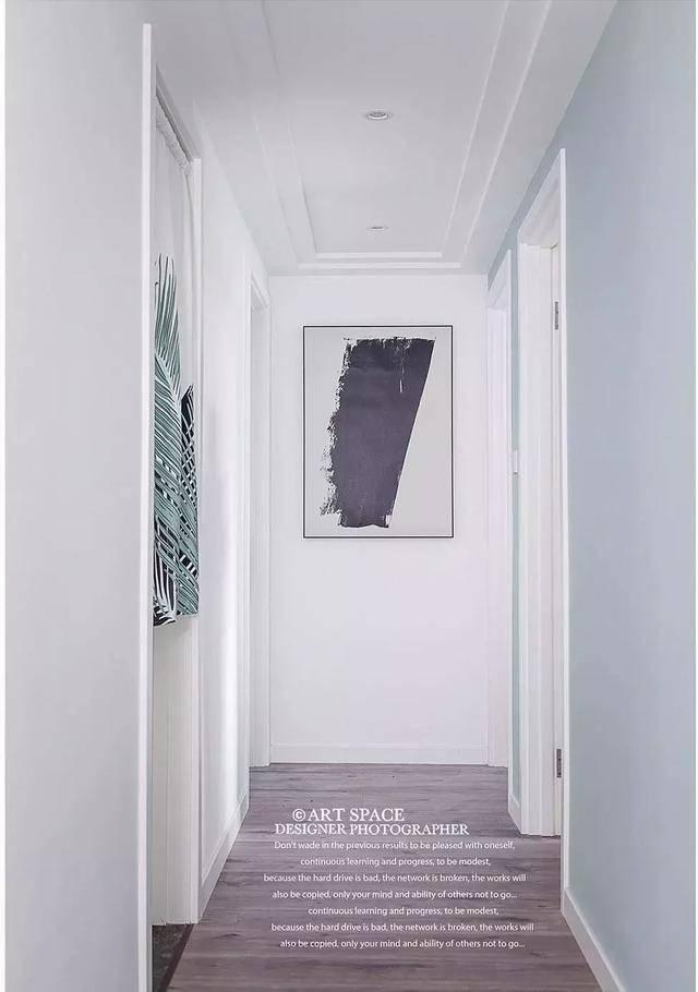 通往卧室的走廊,石膏线做的吊顶简约清爽,走廊尽头的一幅抽象让廊道多