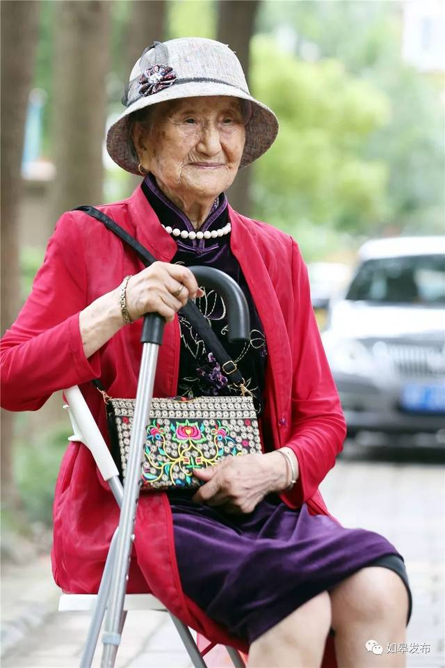 如皋这位百岁老人轻松拍出女王国际范儿