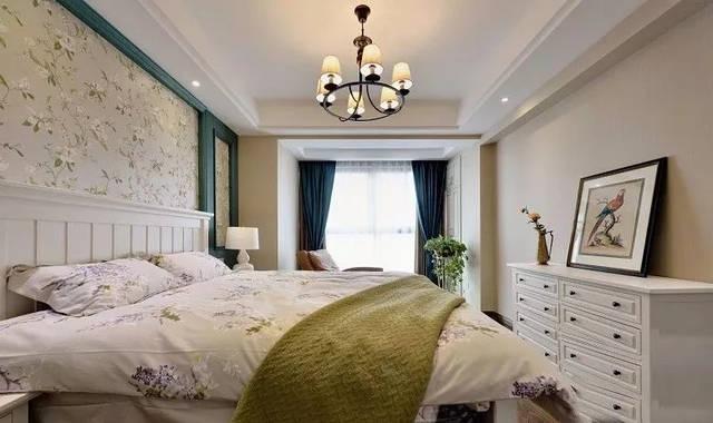 床头背景墙以蓝绿色的边框搭配上花纹壁纸,木地板基础摆上一张白色的
