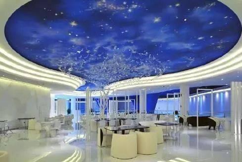 挑高的酒店大厅,梦幻的天空蓝,繁星镶嵌其中,满足你的星空梦
