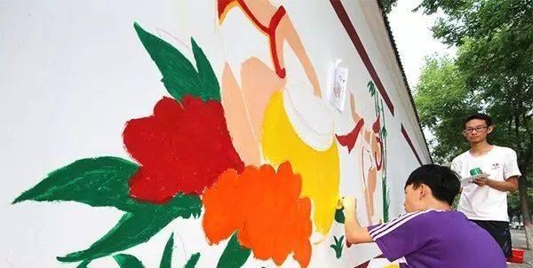 山西孝义:志愿者手绘墙画扮靓城市