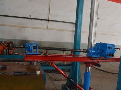 气动架柱式钻机是压缩空气为动力的煤矿井下钻孔设备,由主机和立柱两图片