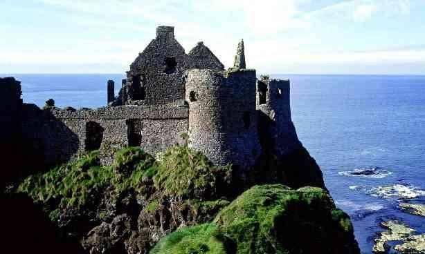 四、爱尔兰。爱尔兰是一个西欧的议会共和制国家,西临大西洋,东靠爱尔兰海,与英国隔海相望。1937年爱尔兰宣布成立共和国并独立,但仍留在英联邦内,1948年12月21日脱离英联邦,并通过宪法成为永久中立国,1949年4月18日,英国承认爱尔兰独立。