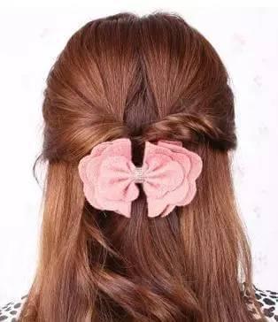 编织第二个发辫,编织的时候要和上一个发辫所留出的头发编织在一起.