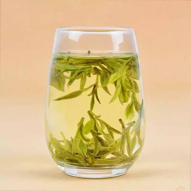 茶类品种:主要有绿茶,乌龙茶,黑茶,白茶,花茶等,如西湖龙井,洞庭碧螺