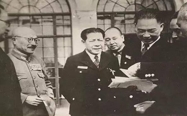 1938年10月,林柏生陪着汪精卫跑到越南河内,他还没忘媚日投降,居然在图片