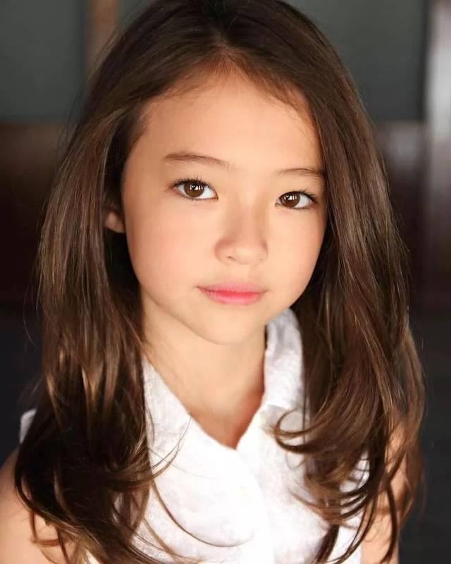 到了 8岁时, ella 就成为了国际大牌gap的kids系列模特!