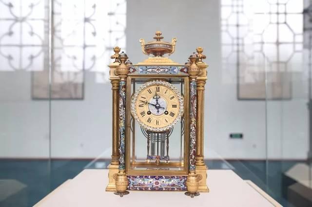 编钟是古代中国的礼乐重器,新编钟保持了古代编钟原有的形制,纹饰等