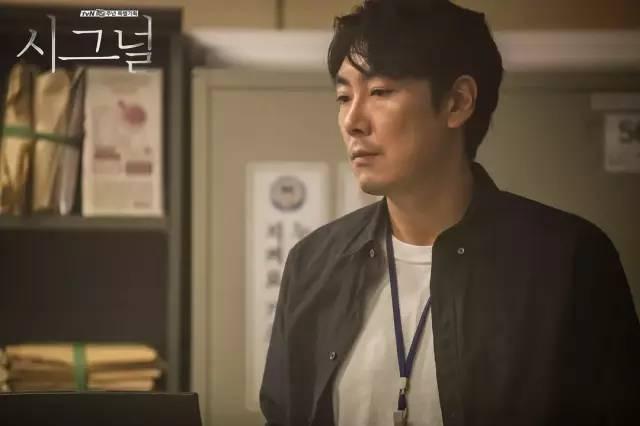 趙震雄曾是韓國電影的黃金配角,演技扎實,一部高分韓劇《信號》讓他圖片