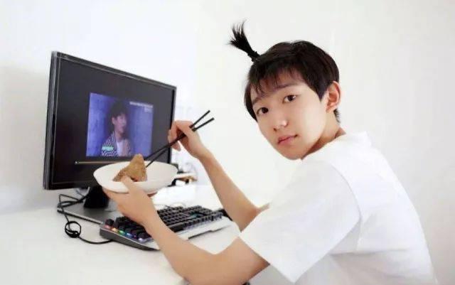 tf成员的王俊凯和王源也留过这款发型,但他俩属于搞怪型的.