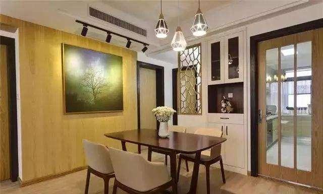 将酒柜镶嵌在墙面上,用木板作为背景墙再配上一副充满艺术气息的壁画