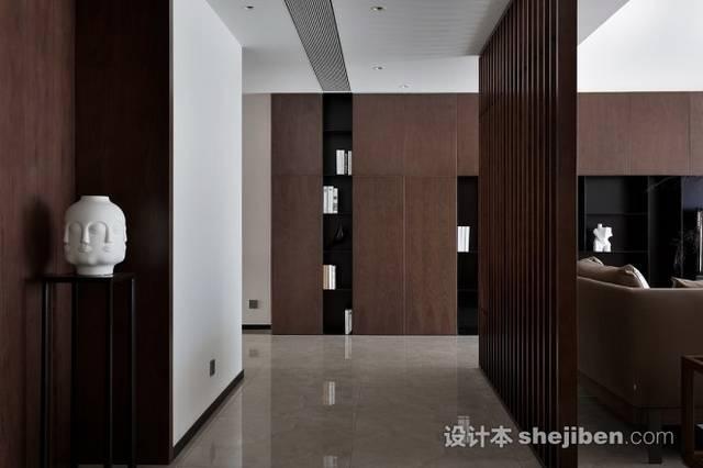 藉由客厅沙发后的木制格栅过滤空间光线,在分隔客厅空间与入口走廊的