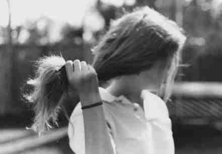 另一种就是物理伤害,总是依靠吹风机吹干头发,使其头发表面毛鳞片破裂图片