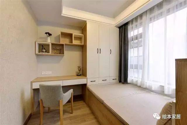 次卧做的榻榻米,没有要不实用的茶台,简单的做了床,衣柜又兼具书房的图片
