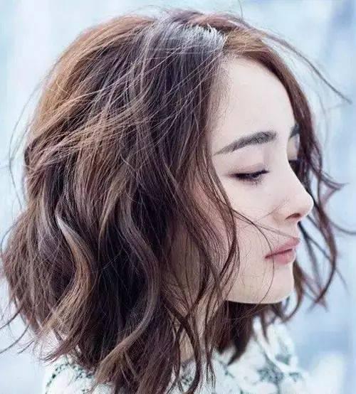 杨幂的蓬松卷发非常有女人味!图片