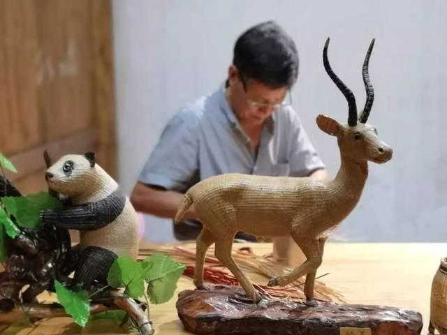 最擅长是编织立体动物,他的作品从创意,泥塑,脱模,制模,劈竹丝,编织等