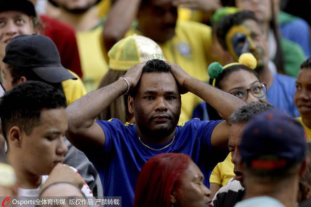 高清:巴西负比利时出局 赛后巴西球迷伤心痛哭