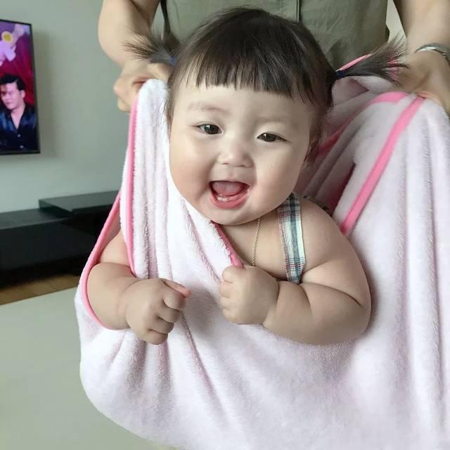这位韩国小萝莉长了一张屁股脸,却萌哭百万人图片