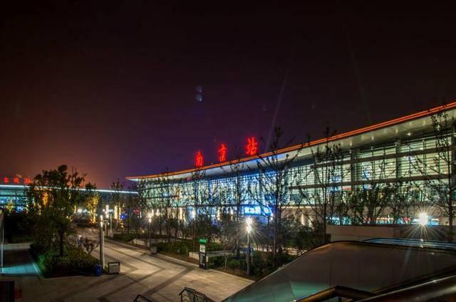 南京主要火车站有南京站,南京南站,六合站,仙林站,紫金山东站,江宁