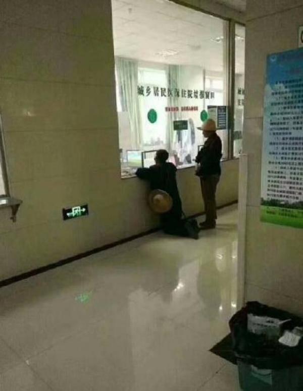 """礼县回应""""老人跪在医院窗口前"""":其无法站立,凳子增补不及图片"""