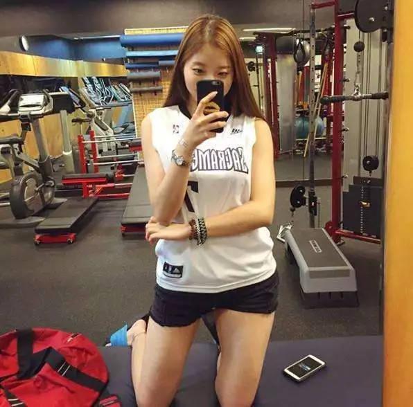 """130斤胖女孩通过健身, 塑造出傲人体态, 成为""""微胖女神""""图片"""