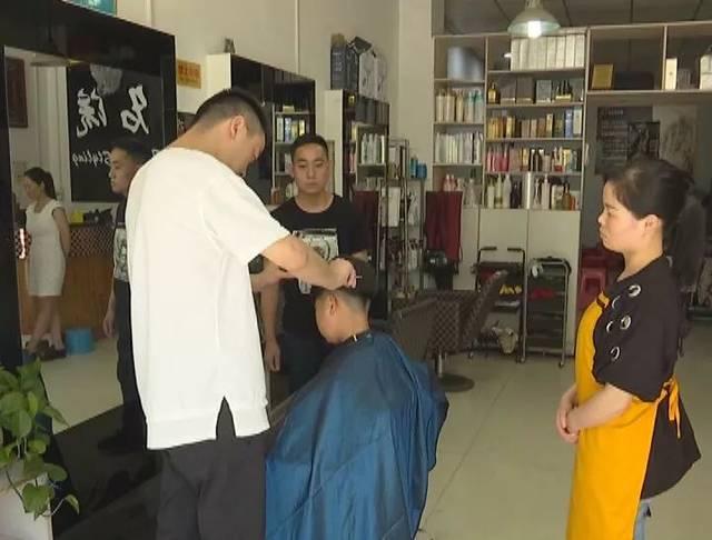 34岁的女老板谭贵柱,开店6年来连续4年为聋哑人提供工作岗位,并为他们