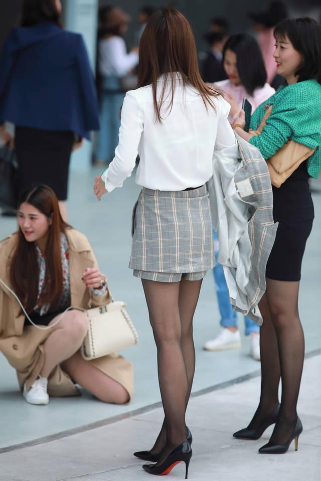 黑丝国产自拍qvod_街拍联盟:路边自拍的两位黑丝美女,完美腿型很吸睛