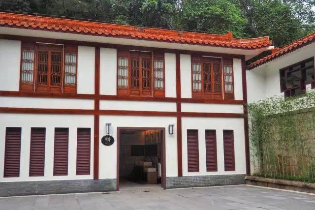 盆景园旁边就有一个中式风十足的公厕.