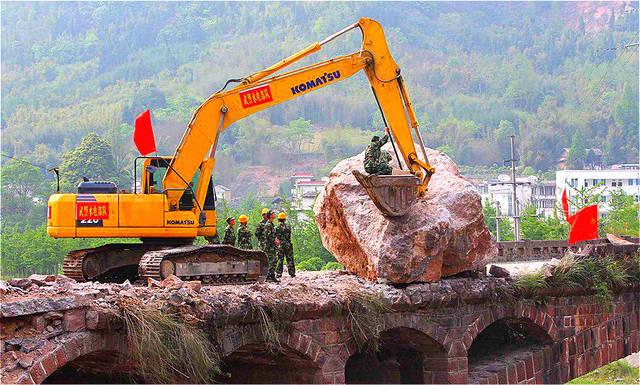 汶川地震部队调不动_中国最自豪的桥,抗7级地震,250吨巨石狂砸纹丝不动