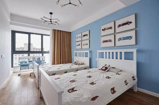 床头背景墙挂了手绘的古董车装饰画,带来精致趣味.