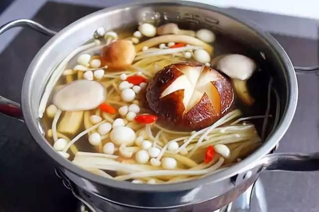 亚硝酸盐含量更高,所以清汤火锅不宜煮很久.