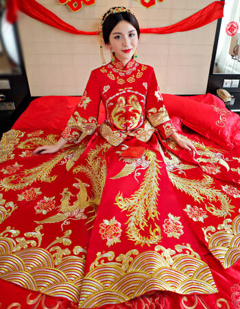 拿最典型的刘诗诗大婚礼服来说,上衣是传统龙凤褂的褂子,下身则是图片
