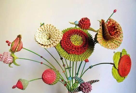除了可爱的小动物,还有一枝枝的瓦楞纸小花和花瓶可以拼,孩子的笔筒